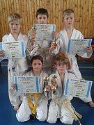 Pět ze sedmi mariánskolázeňských medailistů. Nahoře zleva Josef Beneš, Alex Klier a Šimon Lazur, dole zleva Nikola Tomanová a Ondřej Schuster.