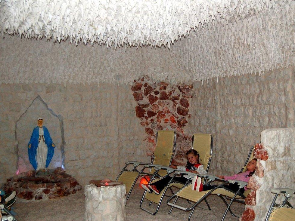 Děti si v solné jeskyni nejen hrají a relaxují, ale především dýchají vzduch prosycený cennými minerály