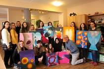 Stacionář Mája budou zdobit obrazy studentek