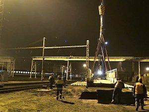 Tři sta metrů dlouhé a tři sta tun vážící ocelová lávka na chebském nádraží jde k zemi.