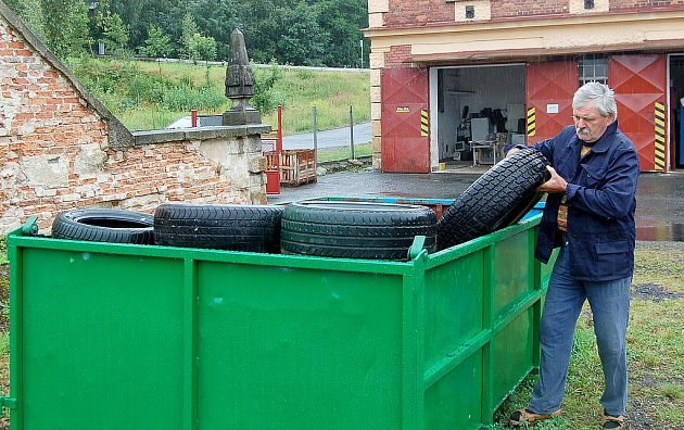 U CHEBSKÉHO SÍDLIŠTĚ Skalka začalo fungovat nové místo zpětného odběru odpadu. Vyhodit pneumatiku sem přišel i dvaašedesátiletý Miroslav z Chebu.