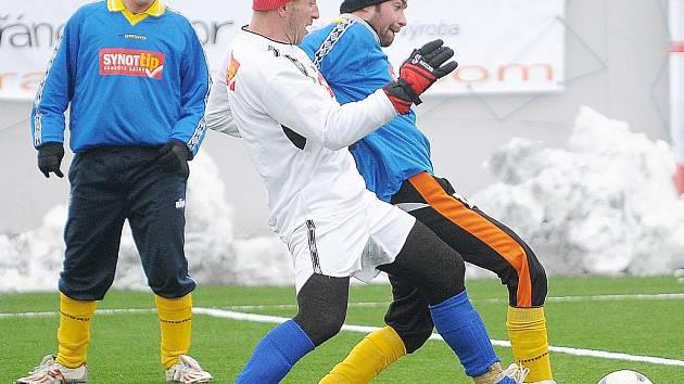 PIKANTNÍ na duelu mezi FC Cheb a TJ Hroznatov byl souboj bratrů Kaššaiů. Petr (vlevo) nastoupil v hroznatovském dresu a jeho bratr Jiří (vpravo) v dresu domácího FC Cheb. Šťastnější byl nakonec Jiří, jehož tým zvítězil vysoko 6:2.
