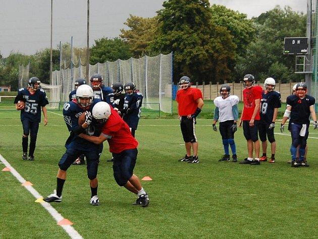 Trénink amerických  fotbalistů je plný dynamiky, rychlosti a ostrých střetů.  Hráči musí být na sezonu výborně fyzicky a takticky pripraveni