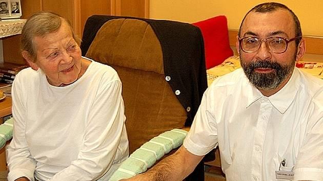 Devětasedmdesátiletá Miluše Kočová si pobyt v léčebně pochvaluje. Na snímku právě hovoří s primářem Jaroslavem Jančou
