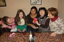 BÁSNÍŘKA ALENA VÁVROVÁ (druhá zprava) představila studentům svou novou sbírku básní s názvem Café Illusion.