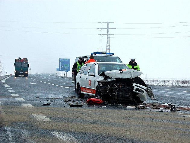 ZLEDOVATĚLÁ SILNICE dokázala řidiče na Chebsku pěkně potrápit. Přestože nehoda u čerpací stanice ONO vypadala hrozivě, vyžádala si jen lehká zranění.
