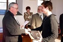 Nadace Schola Ludus jako tradičně obdarovala za mimořádné studijní a pedagogické výsledky chebské žáky a kantory.
