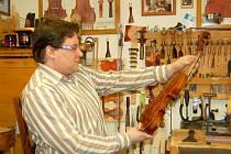 JIŘÍ PÁTEK strunné nástroje vyrábí ve svém ateliéru (na snímku) , ale své znalosti také předává dál na jedinečné Houslařské škole, která je součástí Integrované školy (ISŠ) Cheb.