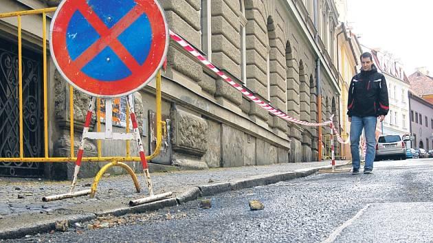 OPUŠTĚNÁ BUDOVA bývalé pošty na chebském náměstí vyděsila řadu lidí. Poté, co polevily mrazy, se z budovy začaly uvolňovat kusy omítky, nikoho však nezranily.