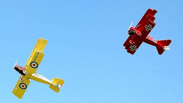 Dvojplošník Curtiss Jenny a trojplošník Fok.DR1 o víkendu přistáli na chebském letišti.
