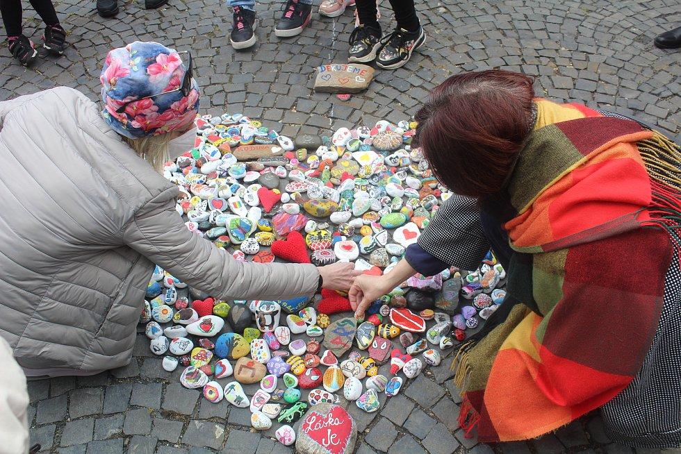 Při prvomájovém happeningu vytvořili v Chebu srdce z kamínků.
