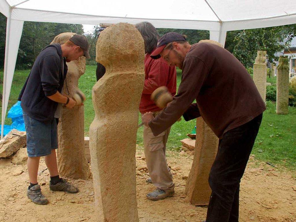 Studenti hořické kamenosochařské školy při práci na vílách a vodníkovi