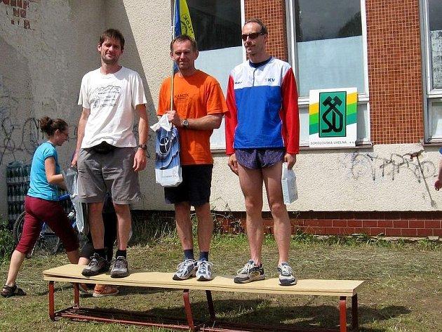 Tři nejlepší v kategorii H35 v Horním Slavkově. Zleva bronzový Petr Kunc st., zlatý Josef Milota (oba M.Lázně) a stříbrný Jaroš Řehořek z Karlových Varů