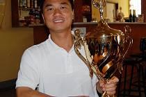 Z poháru, který získal na mezinárodním tenisovém turnaji Vietnamců, nazvaném  ´Zlatá raketa – Praha 2007´ má Nguyen Thanh Son obrovskou radost.