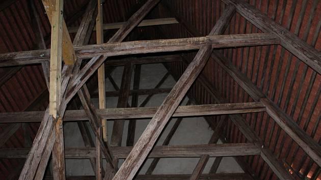 Krovy jsou technická mistrovská díla vyrobená vysoce specializovanými řemeslníky. To, že si lidé v Chebu mohou krovy prohlédnout zblízka, je podle odborníků naprostá rarita. Nikde v Evropě to není v takovém měřítku možné.