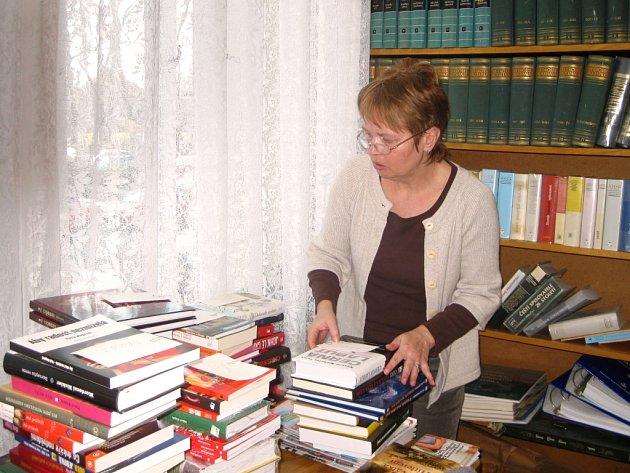 IVONA LESÁKOVÁ JEZDÍ ZA NEMOBILNÍMI čtenáři chebské knihovny už léta. Služba rozvozu knih ale v této chebské instituci funguje nepřetržitě od roku 1961.