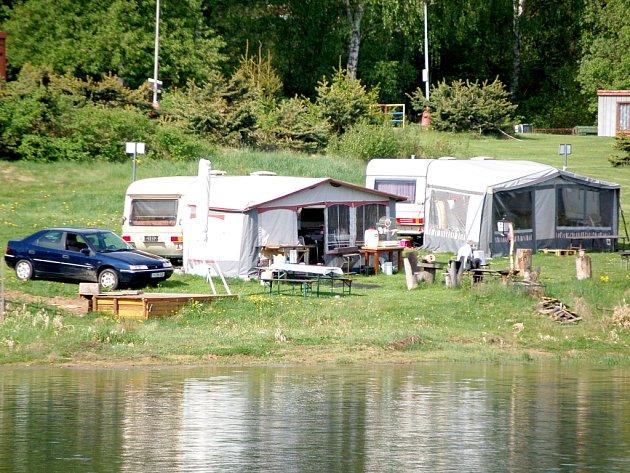 KRÁSNÉ počasí a hlavně klid. To vše patří k vysněné dovolené. V kempu u přehrady na chebské Skalce se to s příchodem slunečných dnů už začíná hemžit turisty.