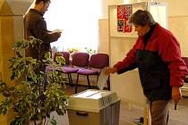 VOLIČI SE NEDALI ODRADIT předvolebními půtkami kandidátů do Senátu a už před čtrnáctou hodinou, kdy se otevřely volební místnosti, čekali, až budou moci vhodit do urny svůj hlas.