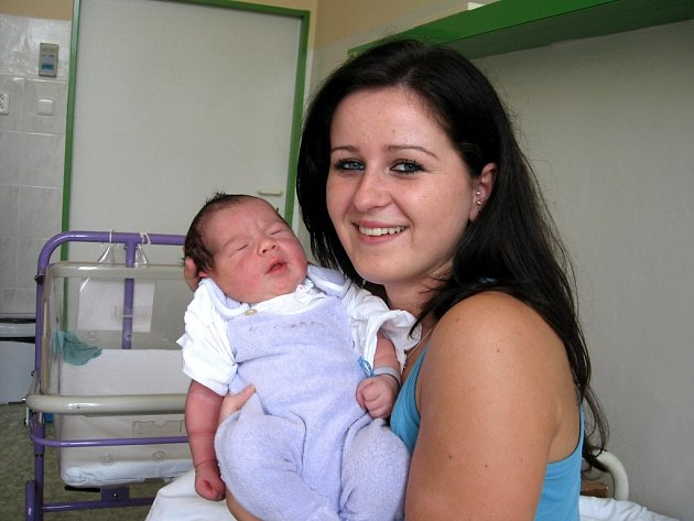 VALENTÝN RUBICKÝ z Chebu se narodil 28. května ve 14.10 hodin. Měřil 53 centimetrů a vážil 4,2 kilogramu