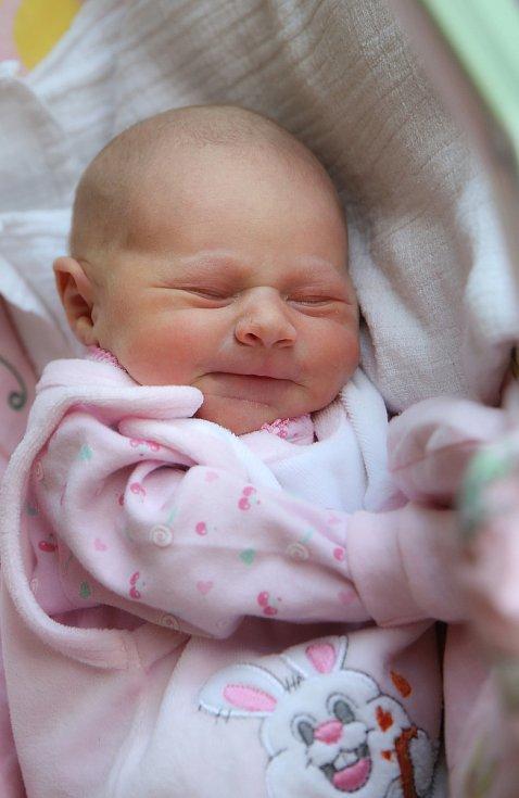 SÁRA KOBROVÁ si poprvé prohlédla svět v neděli 1. prosince v 16.18 hodin. Při narození vážila 2 640 gramů. Z malé Sárinky se těší doma v Chebu sestřička Emička spolu s maminkou Martinou a tatínkem Janem.