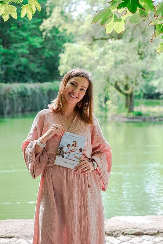 Porodní asistentka, laktační poradkyně, lektorka, kunzultantka a především maminka čtyř dětí Tereza Lerch Davídková právě vydala knihu Zdraví ženy, kde se dotýká těchto citlivých témat a opírá se o své zkušenosti.