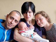 SAMUEL NEZBEDA se poprvé rozkřičel ve středu 7. května v 12.33 hodin. Při narození vážil 2 900 gramů a měřil 49 centimetrů. Doma v Chebu se z malého Samuelka radují sestřičky Nelinka s Natálkou, maminka Jana a tatínek David.