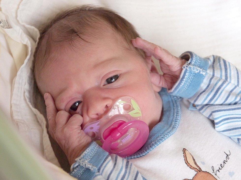 TEREZA KOPECKÁ bude mít v rodném listě datum narození úterý 18. prosince v 5.55 hodin. Při narození vážila 3 250 gramů a měřila 49 centimetrů. Doma v Chebu se z malé Terezky těší bráška Kubík, maminka Dana spolu s tatínkem Lukášem.