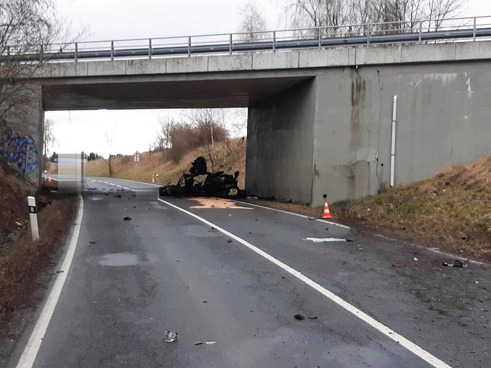 Dodnes se nemohou z nehody, která se stala o víkendu u Mariánských Lázní, lidé vzpamatovat. V místě, kde auto ve vysoké rychlosti narazilo do pilíře mostu, hoří několik svíček. Položené jsou tu i květiny. Foto: PČR