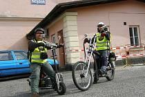 Na místě nehody u Arnoltova skončila Mondekova cesta po republice na motorové koloběžce.