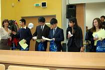 Vítězné družstvo v celostátní soutěži Turnaj mladých fyziků v Chomutově dostalo také slovo. Radost mladých studentů byla viditelná.