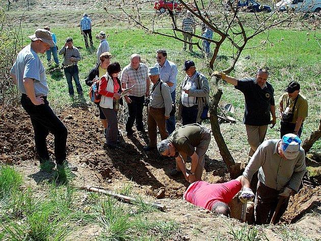 Dvacet let hledali na Chebsku členové Společnosti pro výzkum kamenných křížů jeden z křížů. Práce se ale vyplatila. Našli ho v místě bývalé cesty vedoucí z Hradiště do Potočiště.