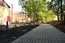Nové parkoviště u sportovní haly v ašské ulici Gustava Geipela se už rýsuje.