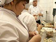 Šči, beleši, pelmeně nebo třeba syrniky. To jsou názvy dobrot, které pro personál františkolázeňského hotelu Luisa připravili ruští studenti jako poděkování za třítýdenní praxi, kterou zde strávili.