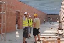 KUŽELKÁRNA v Aši již získává jasné obrysy. Stavební úpravy jdou zatím podle plánu. Vše bude hotovo v polovině září.