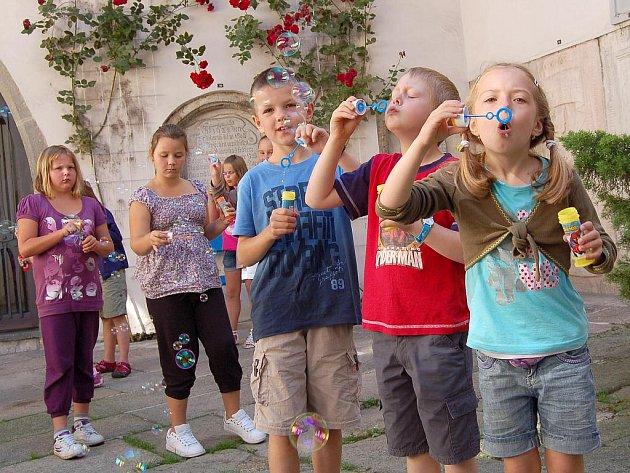 Závěrečným vystoupením pro rodiče a ostatní hosty zakončil ve Valdštejnské obrazárně Chebského muzea první letošní turnus ´Letní výtvarné dílny v muzeu´.