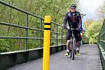 KONEČNĚ. Po třech letech nemusí cyklisté jedoucí po cyklostezce Ohře objíždět zchátralou lávku v Mostově u Odravy.