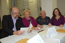 """Část volební komise třetího okrsku ve Františkových Lázních. """"Vše bez problémů,"""" hlásili s úsměvem."""