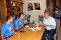Setkání účastníků cykloběhu s mariánskolázeňským místostarostou Jiřím Chvalem
