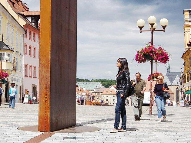 Studentka Petra z Františkových Lázní se podivovala, jak je brána času u chebského náměstí zrezivělá.