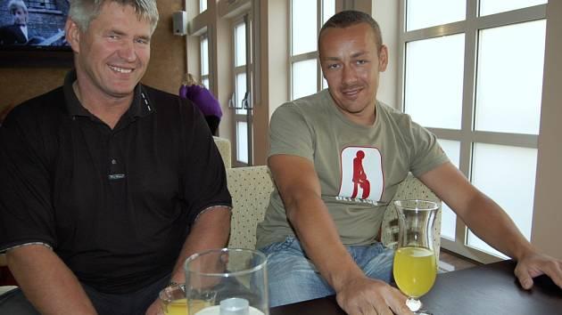 aNOVÍ PROVOZOVATELÉ tenisových kurtů ve Františkových Lázních Martin Průša a Ladislav  Spáčil (na snímku zprava) věří, že se jim            z areálu podaří vytvořit místo, které  bude lákat k pravidelným návštěvám.