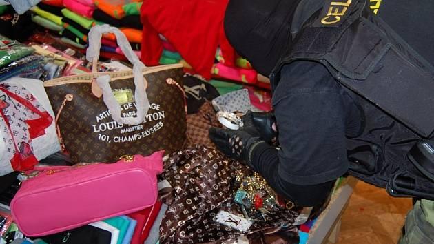 Zboží za skoro padesát milionů korun zajistili celníci v areálu tržnice Asia Dragon Bazar Svatý Kříž v obci Cheb – Háje.