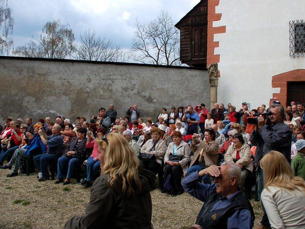 Seebergské hry, slavnostní otevírání hradu Seeberg na Františkolázeňsku, přilákaly stovky návštěvníků