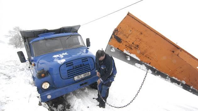 Nejhorší situace byla na Mariánskolázeňsku. Nedaleko od Mnichova ve sněhu uváznul dokonce nákladní automobil Tatra. Silnice na Bečov je průjezdná jen se zvýšenou opatrností