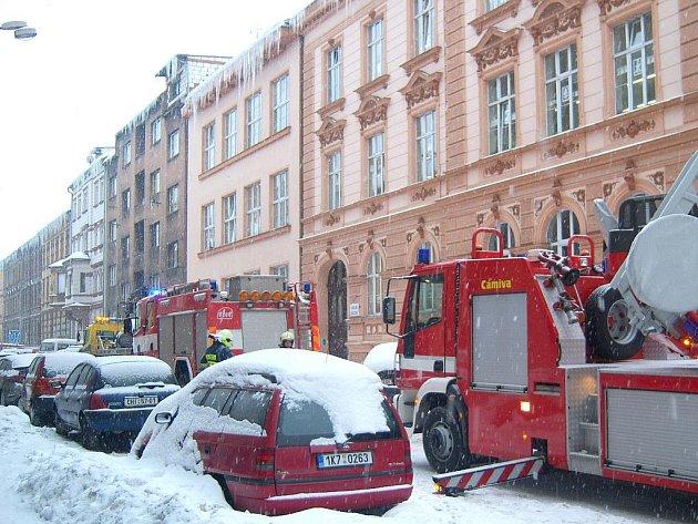 Strážníci chebské městské policie byli povoláni k dalšímu případu odstraňování zimní nadílky ze střechy. Tentokrát na jedné z chebských škol.