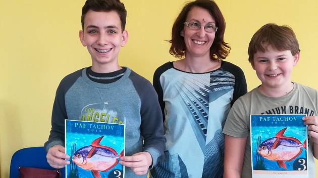 MLADÍ VÝTVARNÍCI z naší ZUŠ si také skvěle vedli v soutěži PAF Tachov, což je mezinárodní soutěž zaměřená na potápění a svět pod mořskou hladinou vůbec. Na snímku zleva Vojtěch Zeiner, paní učitelka Veronika Černá a Filip Kyncl.