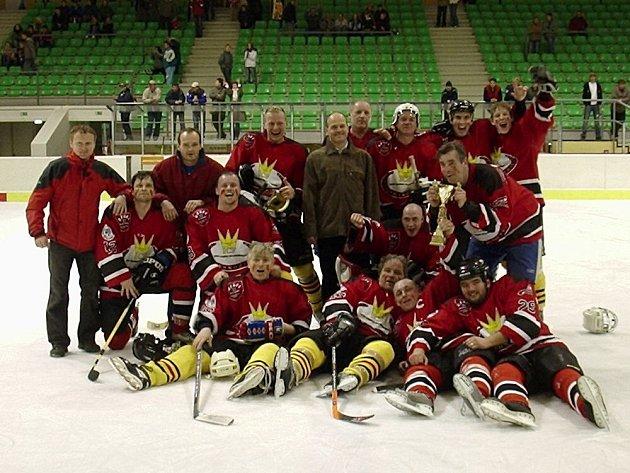 Františkolázeňští hokejisté se radují ze zisku titulu.