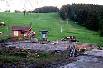 Stavba nového zázemí pro vyznavače zimních sportů se proměnila ve spor mezi obcí Bublava a tamními provozovateli vleků. Vedení obce ji označuje za nelegální