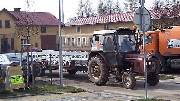 Pracovníci mariánskolázeňské společnosti už rozvážejí lavičky do lázeňských parků