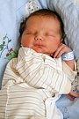MARTIN KVAPIL přišel na svět v chebské porodnici pátek 24. června v 10.23 hodin. Při narození vážil 3 510 gramů a měřil 50 centimetrů. Doma v Kynšperku se z malého Martínka těší sestřička Michalka, maminka Simona a tatínek Michal.