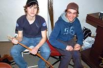 Martin Makovec a Tomáš Svoboda (zleva) z Chebu dodržují tradice a sami pletou pomlázky.